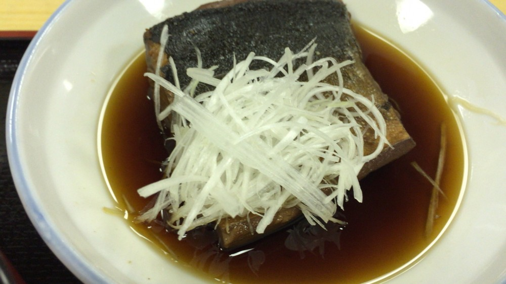 多満利屋 海鮮チラシ丼と魚の煮付け